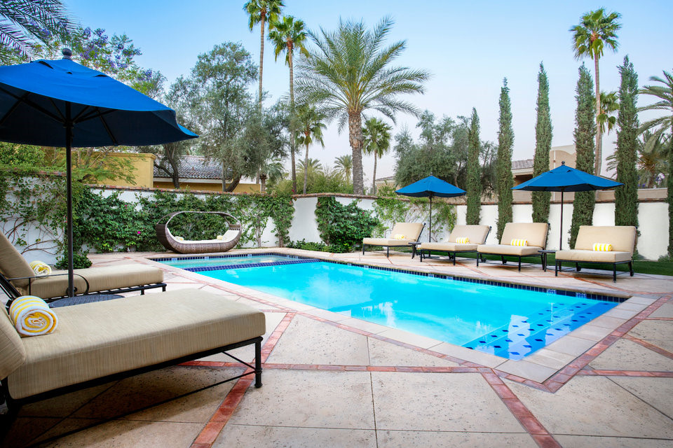 Nơi nghỉ dưỡng có giá hàng nghìn USD/đêm này cũng có bể bơi và sân riêng.