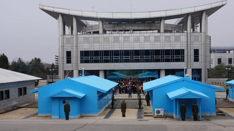 Theo Tổ chức Du lịch Hàn Quốc, mỗi năm, DMZ giữa Hàn Quốc và Triều Tiên đón hơn 1,2 triệu lượt khách. Nhắc đến DMZ, hình ảnh đầu tiên hiện lên trong tâm trí là Khu An ninh Chung (JSA), hay còn được biết đến với cái tên Khu đình chiến Bàn Môn Điếm. Du khách có thể dễ dàng nhận ra nơi này bởi Phòng Hội nghị Ủy nhiệm Đình chiến Quân sự màu xanh biển sống động nằm giữa Đường Phân giới Quân sự.