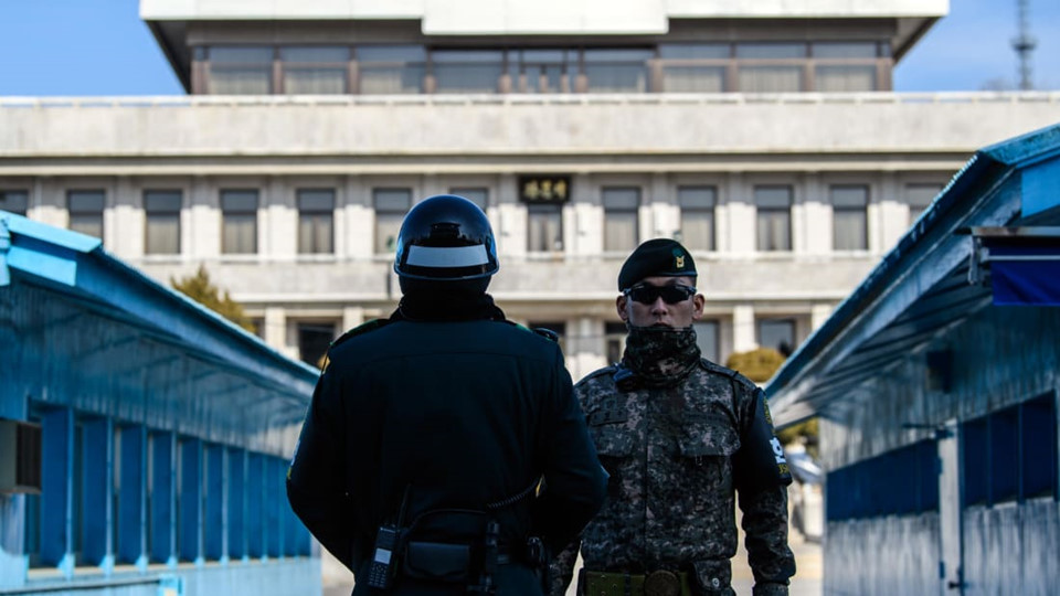 """Những hàng rào dây thép gai cùng các nhân viên quân sự khiến DMZ giữa Hàn Quốc và Triều Tiên trở nên """"ám ảnh"""" và """"đáng ngại"""". Năm 1993, khi đến thăm nơi này, Bill Clinton đã gọi đây là nơi """"đáng sợ nhất trên trái đất""""."""