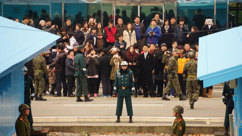 Simon Cockerell, giám đốc điều hành của Koryo Tour (một doanh nghiệp chuyên tổ chức các tour độc lập đến Triều Tiên), cho biết Bàn Môn Điếm là khu vực có nhiều người đến thăm nhất tại DMZ từ cả 2 phía. Tại đây, du khách có thể nhìn thấy Đường Phân giới Quân sự và thậm chí vượt qua nó khi ở trong phòng hội nghị.