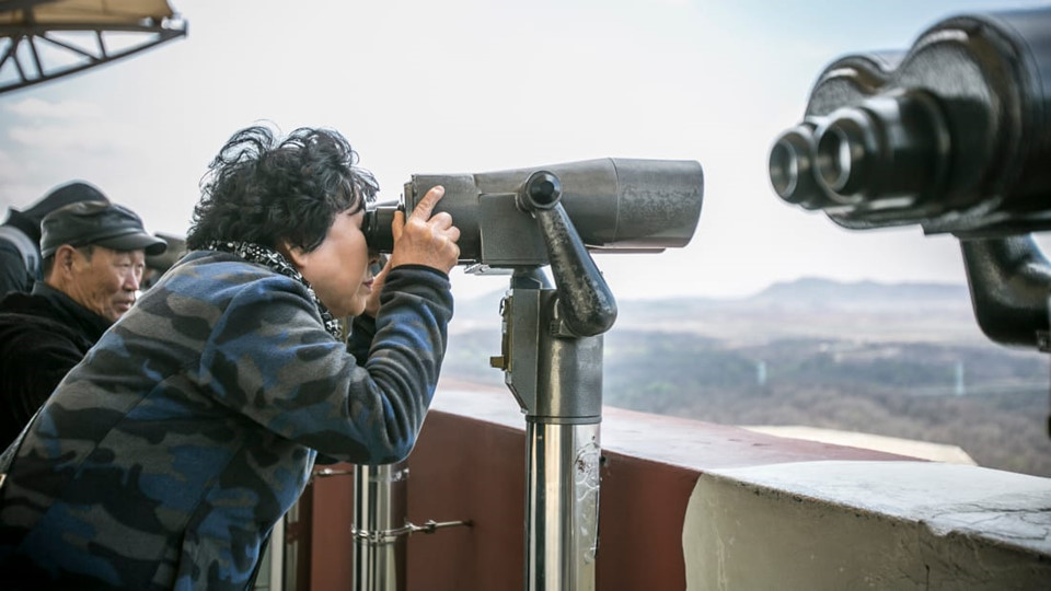Còn được biết đến với cái tên Đồi Thống nhất, Đài quan sát núi Odu là một trong những điểm đến ưa thích. Tại đây, du khách có thể thỏa mãn nhu cầu ngắm cảnh dọc theo bán đảo với ấm nhòm có tầm nhìn 360 độ. Hình ảnh các thành phố hiện đại của Hàn Quốc đối lập với cảnh quan thiên nhiên hoang sơ phía Triều Tiên sẽ mang lại một trải nghiệm thú vị. Đôi lúc, du khách có thể vô tình bắt gặp bóng dáng của những con hạc trắng duyên dáng, thậm chí đại bàng, gấu, hươu hoặc dê.