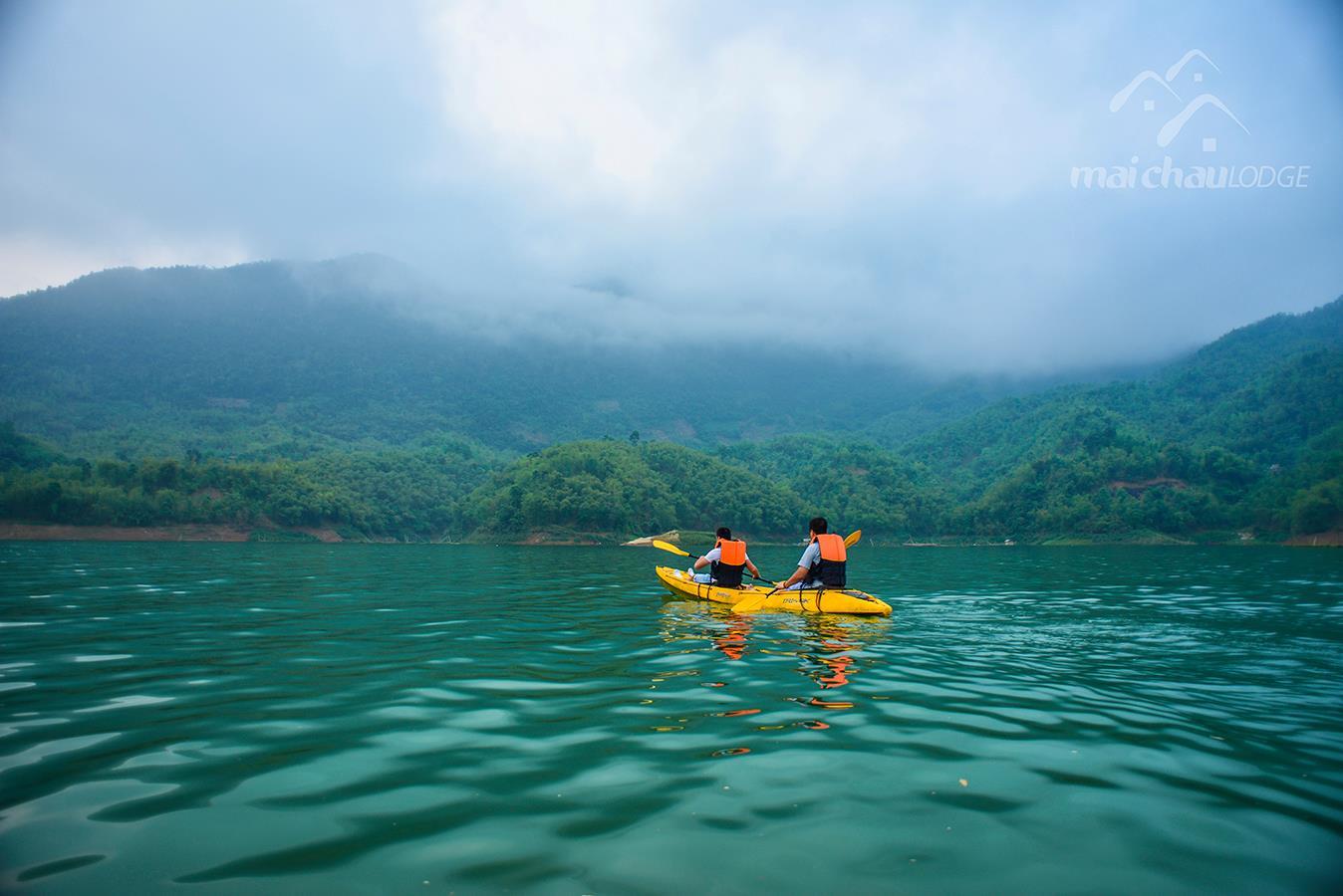 Mạo hiểm hơn thì có cả hoạt động chèo Kayak trên hồ Hoà Bình