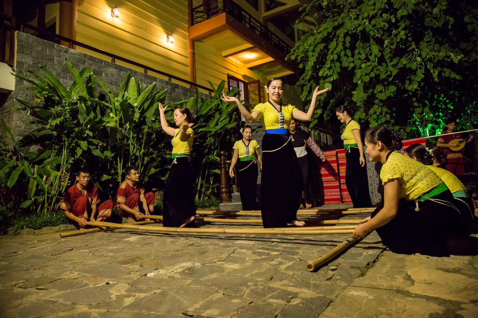 Biểu diễn ca nhạc truyền thống từ chính nhân viên của Mai Châu Lodge