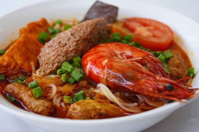 Nước lèo và riêu được nấu từ tôm biển tươi xay nhuyển cho tô bún riêu có vị ngọt thanh tự nhiên. Ảnh: TP.