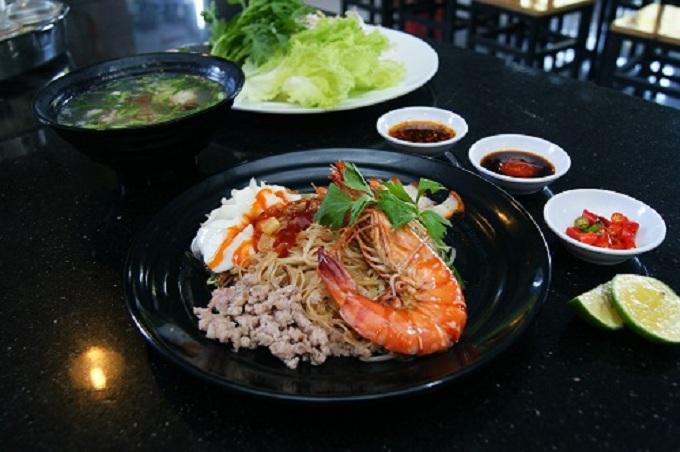 Món hủ tiếu khô hải sản gây ấn tượng bởi nước sốt trộn đặc trưng cùng các nguyên liệu tươi ngon. Ảnh: TP.