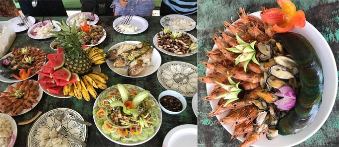 Ăn uống ở El Nido cũng khá phong phú. Buổi tối, du khách có thể ăn ở các nhà hàng ven biển quanh El Nido town, rất đông vui nhộn nhịp, có cả các bar pub sôi động. Nhưng tầm 22h, các hàng quán đóng cửa hết nên bạn hãy tới sớm.