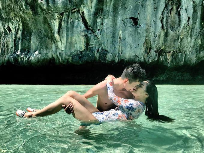 """Hai vợ chồng cũng rất yêu thích cảnh biển nên mùa hè là dịp Huyền Thu và ông xã khám phá những khu du lịch biển đảo, tận hưởng nắng vàng biển xanh và thiên đường chỉ có hai người. Mỗi lần trở về, cô nàng đều dành thời gian để tư vấn cho mọi người về kinh nghiệm di chuyển, mua vé và nơi ăn chốn ở. Điểm đến mới nhất được hai vợ chồng khám phá ra là hòn đảo El Nino, thuộc Philippines, nằm ngay gần quần đảo Trường Sa của Việt Nam. Tuy chưa được nhiều người Việt quan tâm nhưng El Nino đã là một """"điểm sáng"""" của nền du lịch Philippines, nổi tiếng với làn nước trong vắt, xanh như ngọc."""