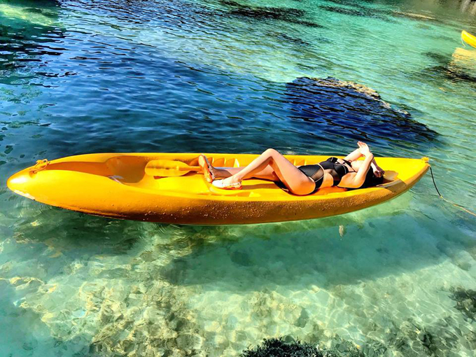 """Ngày đầu tiên là tour A, 8h cả đoàn tập trung lên thuyền, tham quan 3 vụng biển (lagoon) nổi tiếng: Big Lagoon, Small Lagoon, Secret Lagoon, khám phá biển đảo Shimizu, thưởng ngoạn vẻ đẹp Seven Commandos. Ngày 2 là tour D, cũng tập trung lúc 8h, tham quan đảo trực thăng Helicopter Island, đảo Tapiutan, đảo Mantiloc, khám phá """"bí mật""""của bãi biển Hidden, Secret và Star. Theo nhận xét của nàng MC, cách thức tổ chức tour ở đây rất ổn và hợp lý với giá tiền. Bạn sẽ được đưa lên thuyền càng cua - loại thuyền đặc trưng của Philippines để tới các địa điểm. Thuyền này đi êm, lại đẹp phù hợp để chụp ảnh sống ảo. Các điểm đến loanh quanh là các bãi biển để tắm dưới làn nước trong xanh, ngắm cá bơi tung tăng và san hô đẹp sống động."""