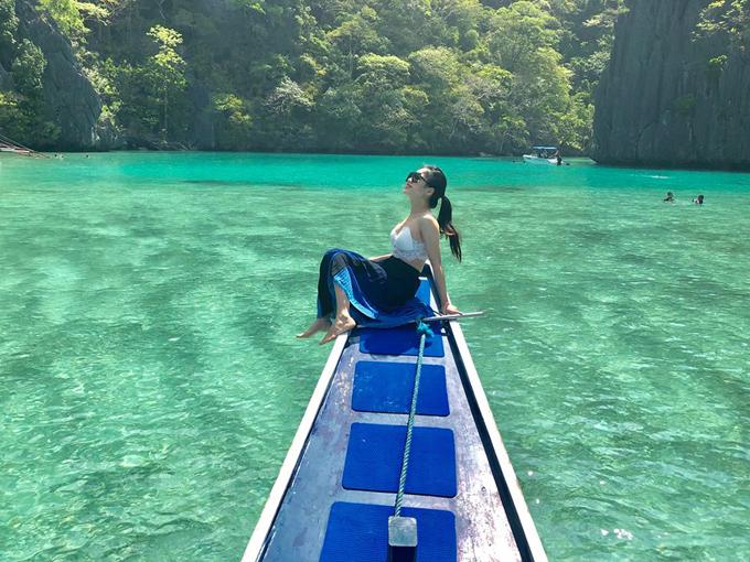 """Trong đó, Huyền Thu và ông xã ấn tượng nhất với vẻ đẹp mỹ lệ của Big Lagoon. """"Big Lagoon đẹp không từ nào tả xiết. Khi đi tour A, bạn nhớ yêu cầu được đến điểm này sớm và chơi lâu ở đây, thuê kayak 500 peso (khoảng 250.000 đồng) hoặc sup 800 peso (khoảng 400.000 đồng) để chèo vào sâu bên trong ngắm cảnh đẹp nhé. Điểm bắt đầu của Big Lagoon là một đoạn nước nông giữa 2 khe núi, trong vắt nhìn xuyên đáy. Điều mình thích nhất ở đoạn này là nước chỉ ngập từ ngang đầu gối đến ngang ngực, tha hồ làm đủ trò mà không sợ kể cả không biết bơi"""", Huyền Thu kể."""