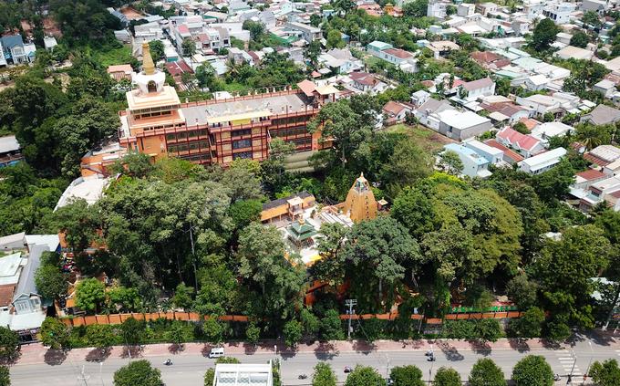 Chùa Tây Tạng (TP Thủ Dầu Một, Bình Dương) xây dựng năm 1928 với tên gọi đầu tiên là Bửu Hương Tự. Năm 1937 chùa được đổi tên như ngày nay sau chuyến đi sang Tây Tạng nghiên cứu Phật học của vị trụ trì chùa. Ngày nay, chùa tọa lạc ở một ngọn đồi xung quanh phủ kín bóng cây xanh mát.