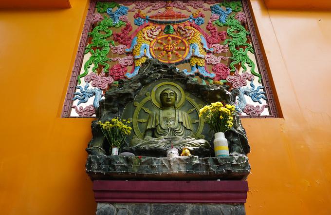 Trong chùa có rất nhiều tượng Phật đủ kích thước, được chế tác tinh xảo theo cả hai hệ phái Bắc Tông và Mật Tông.