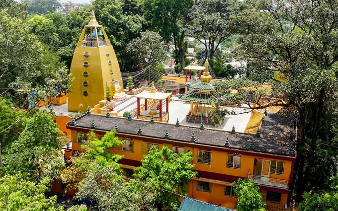 """Ở tầng thượng chùa có năm điện thờ 5 vị Phật của Phật giáo Tây Tạng, thường được gọi là """"Ngũ Trí Như Lai"""". Mỗi vị tượng trưng cho một tính cách của con người. Chỉ có ngày rằm, mồng một hoặc dịp lễ lớn, nhà chùa mới mở cửa cho du khách lên tầng thượng để chiêm bái Ngũ Trí Phật."""