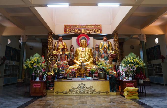 Ở giữa chánh điện thờ tượng Phật Thích Ca ngồi thiền có chiều cao 2,3 m. Xung quanh có chư Phật và Bồ tát ở các vị trí khác nhau.