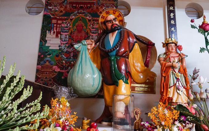 Phía sau chánh điện có bức tượng Đạt Ma Sư Tổ được sách Kỷ lục Việt Nam xác nhận là bức tượng bằng tóc lớn nhất Việt Nam. Bức tượng chế tác năm 1982, cao gần 3 m, trừ phần khung được làm bằng sắt thì chất liệu chủ yếu được làm bằng tóc được thu nhận từ các Phật tử.  Điển thú vị là trên đòn gánh của ngài còn treo một chiếc nón lá mang đậm chất văn hóa dân tộc.