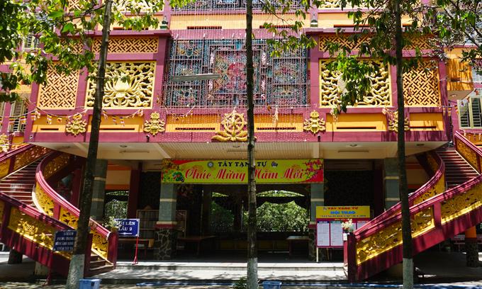 Dù công trình được xây dựng mới, vẫn giữ được nét kiến trúc theo phóng cách như những ngôi chùa xứ Tây Tạng và hài hòa với cảnh quan cũ.