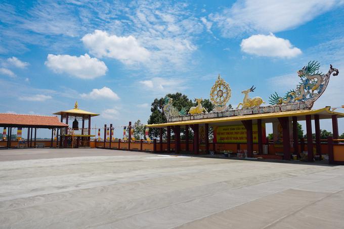 Trên sân thượng là khoảng không gian rộng rãi, thoáng gió để ngắm toàn cảnh chùa Tây Tạng cũng như một phần thành phố Thủ Dầu Một.