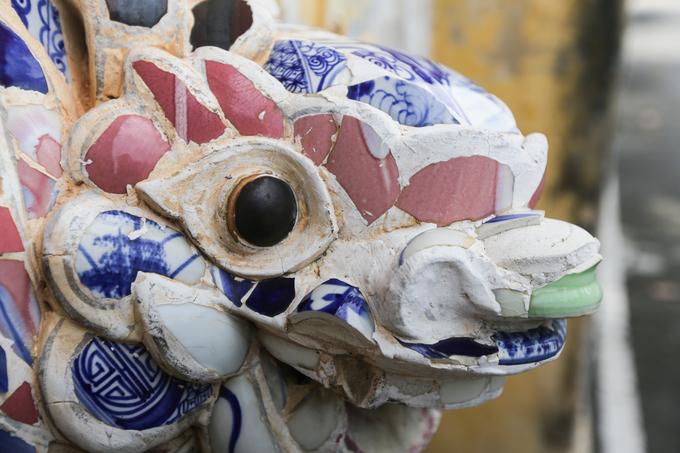 Các họa tiết khác quanh chùa như long lân quy phụng, tượng Phật cỡ nhỏ, phù điêu... được chạm trổ tinh xảo từ các mảnh sành, tạo nên một công trình điêu khắc có giá trị nghệ thuật.