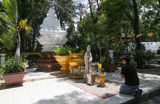 """""""Những dịp rằm, lễ tiết Phật giáo hoặc đơn giản muốn lòng mình thanh thản tôi đều ghé ghé chùa. Ngôi chùa níu chân du khách không chỉ bởi nét cổ kính mà còn vì không gian thoáng đãng như đi vào khu vườn rộng lớn, rợp bóng cây"""", anh Công (TP Thủ Dầu Một) chia sẻ."""