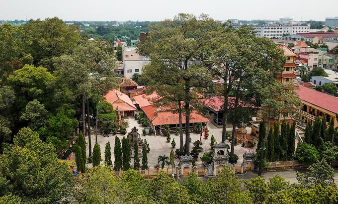 Phía đối diện là khu chùa cổ khuất lấp trong khuôn viên rộng hơn 1.200 m2 bao quanh bởi những cây dầu cổ thụ. Ban đầu, chùa được xây dựng trên một ngọn đồi. Năm 1860, chùa bị thực dân Pháp thiêu hủy, sau đó trụ trì đã dựng lại chùa mới dưới chân đồi, cách chùa cũ khoảng 100 m, là vị trí hiện nay.