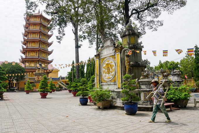 Điểm nhấn của khuôn viên chính trong chùa là ngôi tháp bảy tầng cao 27 mét được xây dựng năm 2007. Cạnh đó là ngôi tháp tổ Từ Vân cổ kính với bức bình phong, hoa văn trang trí chạm trổ tinh xảo.