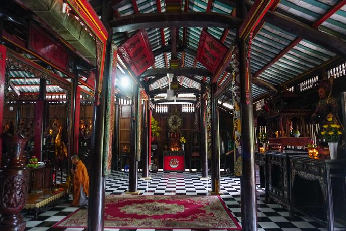 Bên trong chánh điện không khí thâm nghiêm, cổ kính với hàng trăm bức tượng Phật. Vật liệu xây dựng chánh điện chủ yếu bằng gỗ với những kèo cột, rường, vách gỗ tạo nên phần khung kết cấu theo lối truyền thống.