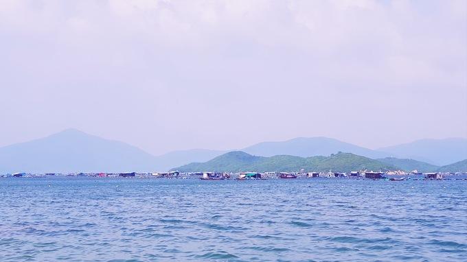 Sơn Đừng  Bãi biển Sơn Đừng (Xuân Đừng) thuộc địa phận tỉnh Vạn Ninh, Khánh Hoàm cách Nha Trang khoảng 2 tiếng đi xe máy. Đây vẫn là cái tên xa lạ với du khách và còn giữ được nhiều nét hoang sơ. Biển Sơn Đừng nằm sâu trong vịnh Vân Phong, được bao bọc bởi các dãy núi cao nên sóng êm, thích hợp cho các hoạt động bơi lặn và tham quan. Ảnh: Khương Văn.