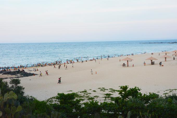 """Bãi Xép  Bãi Xép nằm gọn trong một làng chài thanh bình, cách thành phố Tuy Hoà khoảng 14 km. Trước đây, Bãi Xép hiếm khi có người lui tới nhưng từ khi bộ phim """"Tôi thấy hoa vàng trên cỏ xanh"""" được công chiếu thì bãi biển này cũng được biết đến nhiều hơn.  Đến Bãi Xép du khách không chỉ được ngắm nhìn cảnh sắc thiên nhiên tươi mát, mà còn được đắm mình trong làn nước trong veo, dạo chơi trên những bãi cỏ xanh rờn. Biển ở đây đẹp nhưng sóng mạnh và có nguồn nước rút và xoáy khá nguy hiểm. Ảnh: Vy An."""