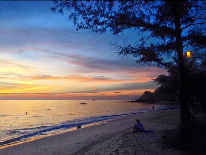 Bãi Ông Lang  Cách trung tâm thị trấn Dương Đông khoảng 8 km, bãi Ông Lang ở Phú Quốc được nhiều người nhận xét là nằm ngoài dòng chảy của cuộc sống bởi sự hoang sơ và yên bình. Nước biển ở đây rất trong xanh, độ dốc thấp khá lý tưởng để tắm biển. Một trong những trải nghiệm không thể bỏ qua ở bãi Ông Lang là ngắm hoàng hôn. Ngoài ra, bạn còn có thể tham gia lặn biển, chèo thuyền kayak hay đua xe go carting. Ảnh: Leonievits.