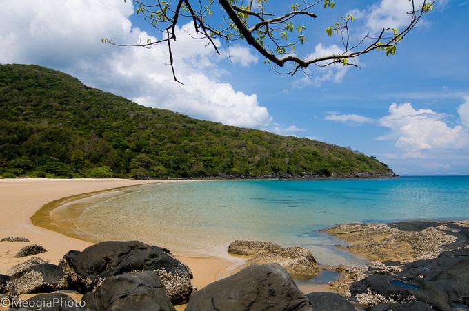 Bãi Đầm Trâu  Bãi Đầm Trâu là một trong những điểm đến nổi tiếng ở Côn Đảo, cách trung tâm huyện khoảng 4 km. Điều đặc biệt ở Đầm Trâu là những vách đá tựa vào nhau khiến người ta liên tưởng đến hình ảnh đôi chim hải âu quấn quýt. Ảnh: Meogia.