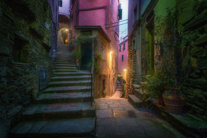 Cinque Terre là một cụm năm thị trấn cổ xưa gồm những căn nhà được phủ lên với đủ màu sắc thật bắt mắt nằm cheo leo trên các sườn đồi, ghềnh đá sát bờ biển Địa Trung Hải.