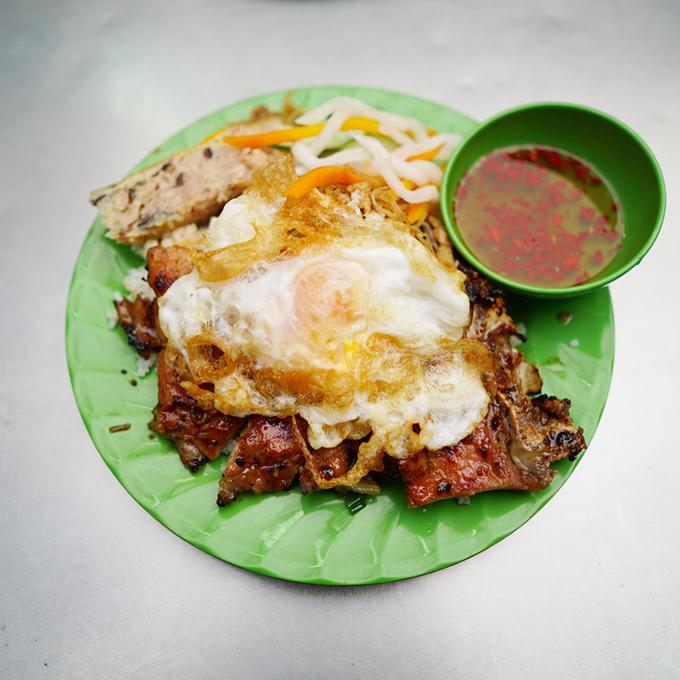 Cơm tấm Cơm tấm là món ăn được bán ở mọi thời điểm trong ngày. Nằm trên đường Đặng Văn Ngữ, quận Phú Nhuận, quán cơm Ba Ghiền là một trong những địa chỉ có thâm niên ở thành phố. Quán ăn níu chân khách không chỉ bởi hương vị mà còn nhờ kích thước miếng sườn to như lòng bàn tay. Quán còn có nhiều loại đồ ăn kèm như chả, bì, trứng ốp la, trứng chiên, xíu mại, lạp xưởng... Các món này đều nấu theo vị miền Nam, hơi ngọt. Mỗi đĩa cơm có giá thấp nhất là 44.000 đồng, giá tiền sẽ tăng thêm theo lượng đồ ăn kèm mà khách gọi. Quán mở cửa từ 8h.