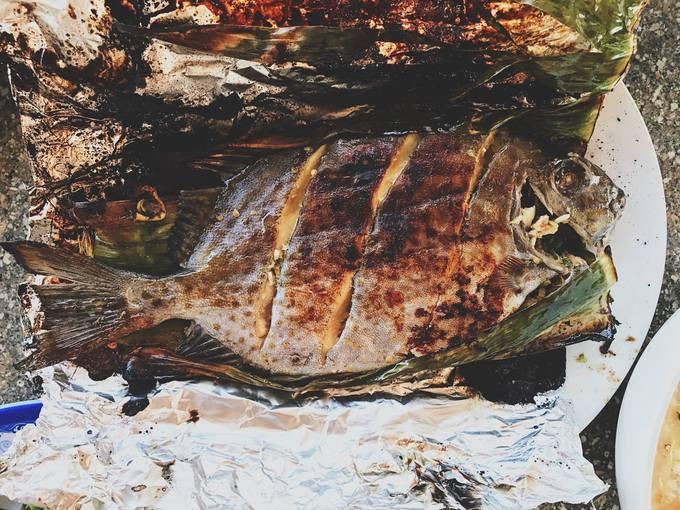Cá dìa tươi bọc một lớp lá chuối rồi thêm lớp giấy bạc nướng mọi chắc chắn sẽ khiến bạn hài lòng bởi chất lượng đồ biển ở đây không tệ. Một con cá khoảng 0,5 kg giá 130.000 đồng, thịt săn chắc, ngọt dậy mùi thơm khó cưỡng.