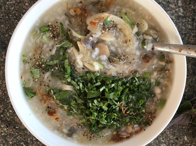 Cháo hàu là món ăn sáng khá được ưa chuộng ở Phú Yên. Tuy giá không rẻ, khoảng 80.000 đồng/tô nhưng chất lượng miễn chê, nhiều hàu sữa tươi vừa béo vừa ngọt, cháo không quá đặc, rắc thêm tiêu và rau mùi ăn hoài không thấy ngán.