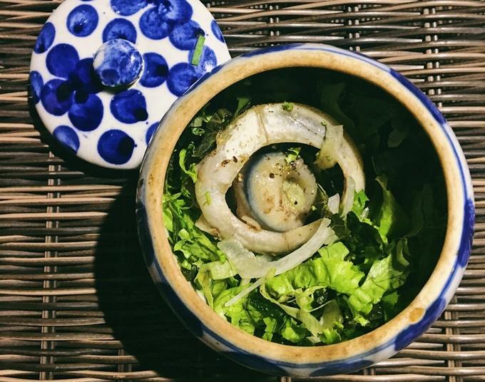 Mắt cá ngừ đại dương - món ăn đặc trưng của vùng biển Phú Yên nằm trong danh sách những món phải thử khi đến đây. Phổ biến nhất là mắt cá ngừ tiềm thuốc bắc ăn khá ngán do mắt cá to lại béo. Nên ăn chung với rau sống để cho đỡ ngấy. Một thố khoảng 40.000 đồng, tùy nơi.