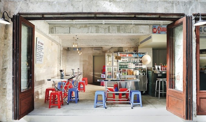 Trong quán mọi vật dụng từ bàn ghế, xe bánh mì, chén bát, đồ uống hay bếp nấu, đồ trang trí đều để tạo một không khí quán ăn đường phố Sài Gòn mặc dù nằm giữa Hong Kong. Ảnh: Billy Clarke.