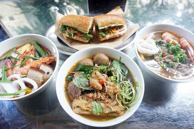 Thực đơn quán nổi bật với các món ăn Việt như bánh mì, bún mắm, bún bò Huế, nem nướng, chả giò... Đồ uống cũng là những loại thân quen như cà phê sữa đá, rau má, nước dừa, chanh muối... Ảnh: womguide.