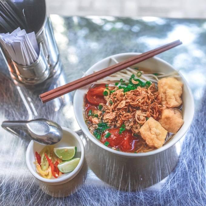 Món bún Thái tuy không xuất xứ từ Việt Nam nhưng rất phổ biến ở Sài Gòn cũng có trong thực đơn và thu hút nhiều thực khách Hong Kong. Nước bún trong, tươi mới, vị cay đặc trưng đúng độ chứ không quá áp đảo các vị khác. Ảnh: Johana Shobu.