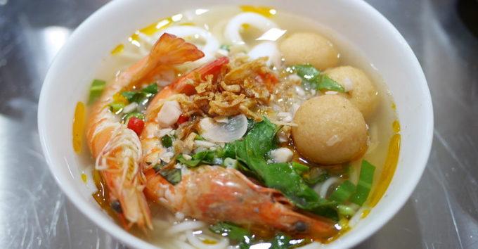 Một tô bún ăn ở quán không thể thiếu bát chanh ớt tươi ăn kèm đúng điệu Việt Nam. Quán không quá rộng so với một nơi đông dân cư như trung tâm Hong Kong, thích hợp để ăn tối sau giờ làm, ăn trưa cuối tuần với một hoặc hai người nữa. Ảnh: Co Thanh restaurant.