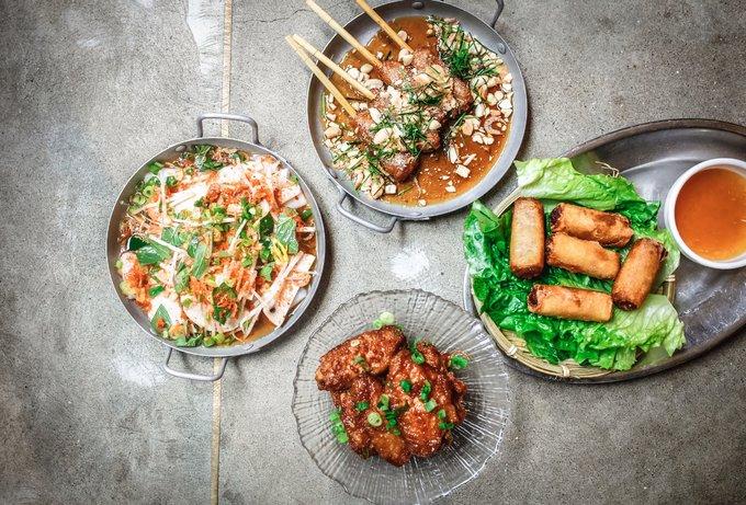 Theo Thehoneycombers, 70% nguyên liệu của quán Cô Thành ở Hong Kong được chọn lựa kỹ lưỡng ở Việt Nam gửi sang để chế biến, nên những món thuần Việt nhất có thể. Nhóm đi chợ đồng thời phải mua nguyên liệu hàng ngày và tự tay chọn nhằm đảm bảo chất lượng. Quán không có dịch vụ đặt trước bàn ăn mà phục vụ lần lượt theo thứ tự khách tới. Từ thứ 2 đến thứ 7 quán mở lúc 13h30 - 15h30, chủ nhật đóng cửa. Ảnh: Co Thanh restaurant.