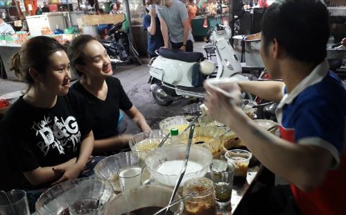"""Nhiều bạn trẻ tìm tới quán để thưởng thức cốc chè mà Nguyệt """"thảo mai"""" trong """"Phía trước là bầu trời"""" đã bỏ mặc cả người yêu để ăn một mình: chè đỗ xanh thêm trân châu."""