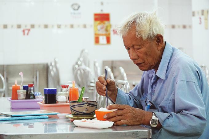 """Một thực khách quen của quán kể: """"Tôi ăn ở quán đã gần 20 năm, từ lúc còn đời chủ thứ hai. Tuy bàn ghế nhiều lần thay đổi, hương vị món khó mà nhận ra được sự khác biệt. Vẫn là cái mùi thơm của các vị thuốc bắc, miếng gà rất mềm mà không bị nát, nước dùng đậm đà""""."""