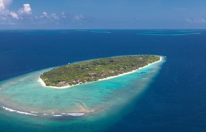 Soneva Fushi là một hòn đảo nhỏ, hẻo lánh, nằm ngoài khơi của Maldives. Trên hòn đảo này có một khu nghỉ dưỡng siêu sang, và là điểm đến yêu thích của nhiều ngôi sao như Rita Ora, Madonna, Jenna Coleman, vợ chồng David Beckham...