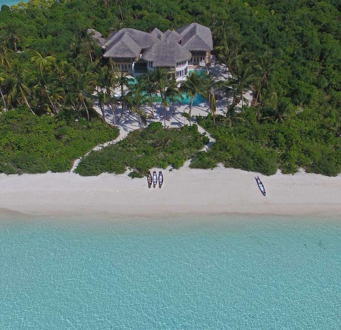 Đây là khu nghỉ dưỡng sang trọng đầu tiên ở Maldives, được bao phủ 4 phía bởi biển cả và cây xanh. Trên đảo còn có cả một rạp chiếu phim ngoài trời.