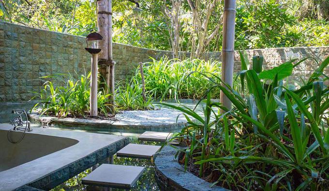 Mỗi biệt thự ở đây đều được trang bị đầy đủ phòng tập gym, bể bơi ngoài trời, khu sân vườn riêng.