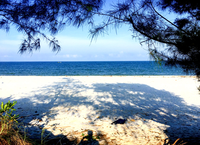 Biển Quan Lạn xanh ngắt, bãi cát trắng tinh.