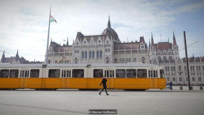 """Vô số tòa nhà ở Budapest, bao gồm cả tòa nhà Quốc hội xây từ 1902 theo kiến trúc tân Gothic (ảnh) cũng được xây phía trên mỏ đá vôi ở quận Kobanya. Khu vực """"quận mỏ đá vôi"""" này nằm ở phía bờ đông Pest của thành phố.  Trải qua nhiều thế kỷ từ thời Trung Cổ kéo dài tới nửa sau thế kỷ 19, việc khai thác mỏ đã tạo nên một hệ thống hầm chứa ngầm dài tới 32 km và nằm sâu 30m so với mặt đường.  Khi các giếng khoan và hầm bị ngập vào giữa thập niên 1990, chính quyền địa phương yêu cầu một nhóm nhỏ thợ lặn xuống để dọn dẹp khu vực dưới nước. Và họ nhận ra một số hầm có điều kiện lý tưởng để lặn."""