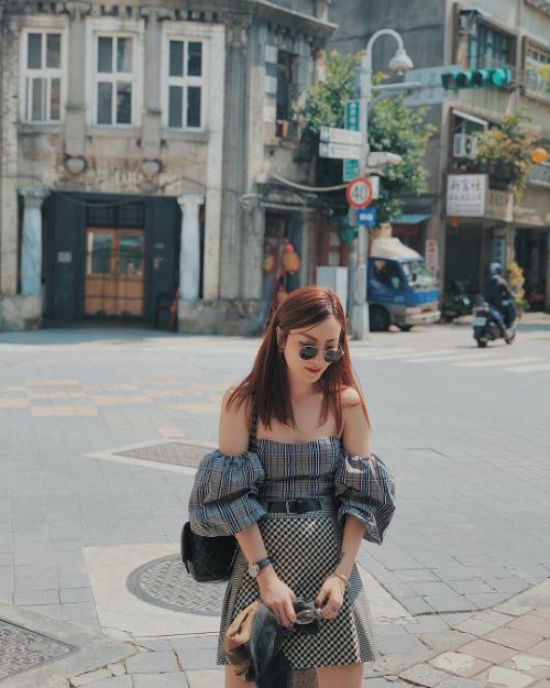 """Yến Trang - Yến Nhi không chỉ nổi tiếng bởi giọng hát, phong cách thời trang mà còn được biết đến là những quý cô sành điệu, biết hưởng thụ cuộc sống. Hai chị em thường song hành cùng nhau trong các chuyến du lịch tự túc, cùng nhau thưởng thức nhiều món ngon, khám phá các địa điểm đặc biệt và chụp cho nhau những tấm hình check in ảo diệu. Vừa trở về từ Đài Loan, Yến Trang - Yến Nhi khiến người hâm mộ """"sôi bụng"""" liên tục vì bộ sưu tập các món ăn vặt đường phố hấp dẫn."""