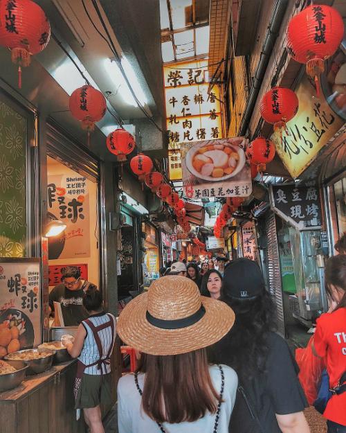 Hay khám phá khu chợ ẩm thực với rất nhiều món ngon trứ danh ở Thập Phần.