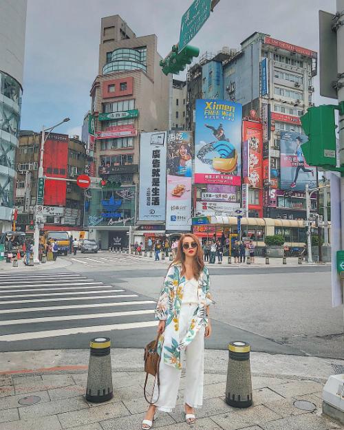 Vốn là những tín đồ thời trang, hai chị em Yến Trang - Yến Nhi cũng chìm đắm trong những khu mua sắm sầm uất, tấp nập ở thành phố Đài Bắc.