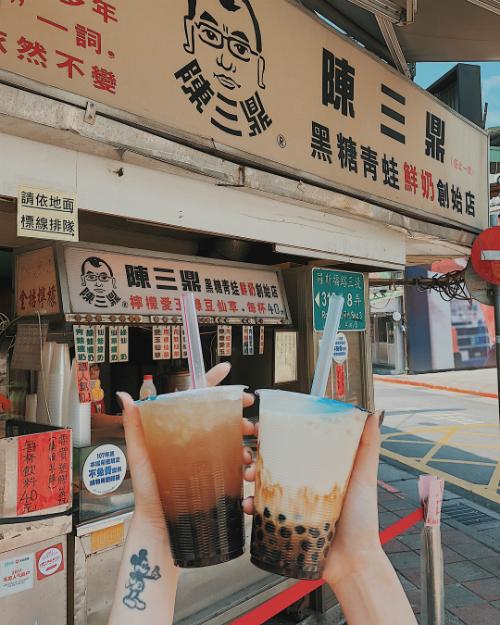 Đã đến Đài Loan thì chắc không ai có thể bỏ qua thức uống đặc trưng nhất của xứ sở này, đó là trà sữa trân châu. Chị em nhà Yến tìm đến một địa điểm nổi tiếng nhất nhì Đài Bắc về thức uống này, cửa tiệm có tên Chen San Ding. Do đến từ sớm nên không phải xếp hàng, kịp thưởng thức món nước nổi tiếng ở đây là sữa tươi trân châu. Cửa tiệm nằm gần chợ đêm Gongguan, một khu vực tập trung nhiều sinh viên giới trẻ Đài Bắc. Theo Yến Nhi, tuy nhiều người thích đặc sản trà sữa chân trâu nhưng cá nhân cô lại thích sữa tươi trân châu, điểm mấu chốt đặc biệt ở đây chính là trân châu ngon, nóng hổi và dẻo.